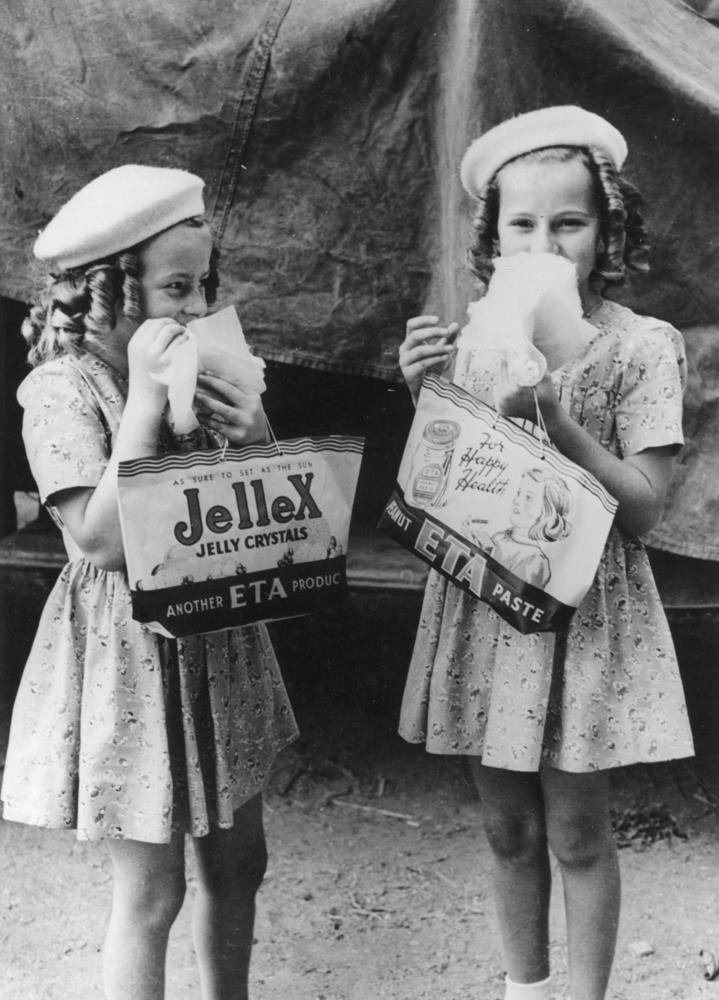 Kislányok vattacukorral.jpg