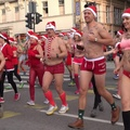 Videó: Fürdőruhás mikulások kocogtak a belvárosban