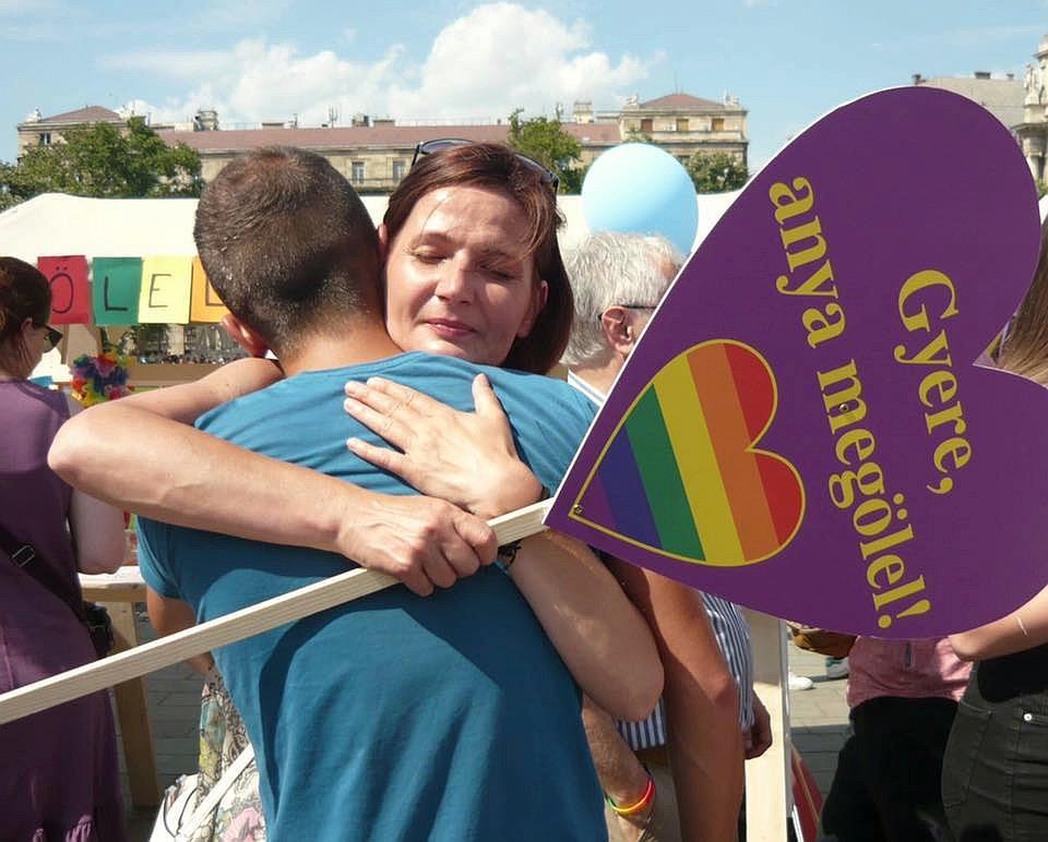 """Előbújás karantén idején? 8 tanács LMBTQ """"gyerekeknek"""" és szüleiknek"""