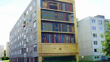 Ilyen menő is lehet egy panel: könyvespolc a ház oldalában Barcikán!