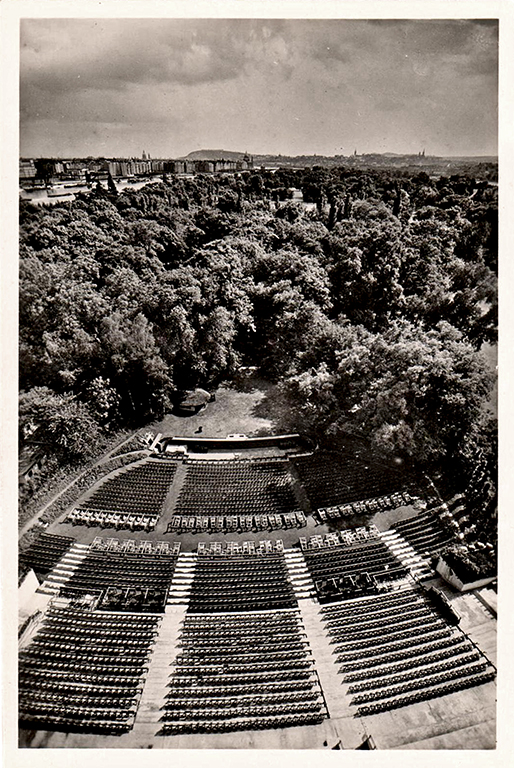 A nézőtér egykor Jaksics György gyűjteményéből