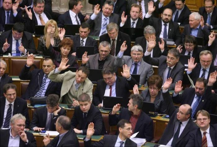 ogy_fidesz_frakcio_szavaz_20111128_2_mno.hu_.jpg
