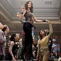 A vezérigazgató asszony éppen az asztal tetején táncol