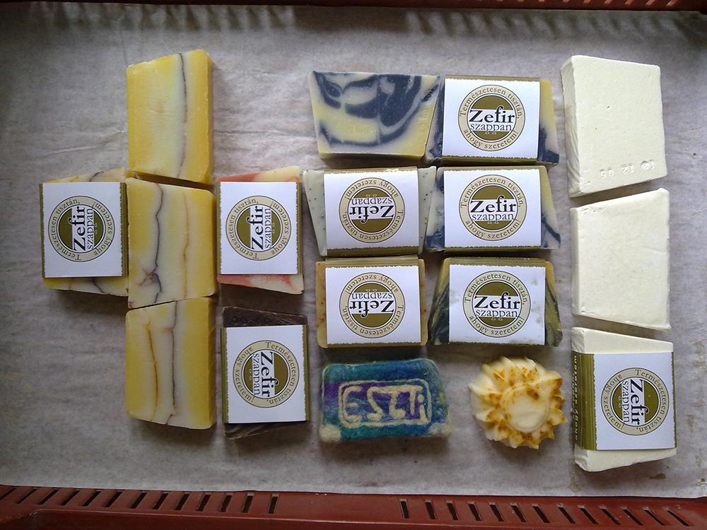 jázmin, csoki-mentol, ylang, aba, kecsketejes körömvirág, mákos levendula, kék levendula, mézes virág, sós olíva