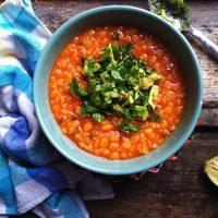 Paradicsomos sárgaborsó főzelék, petrezselymes avokádóval