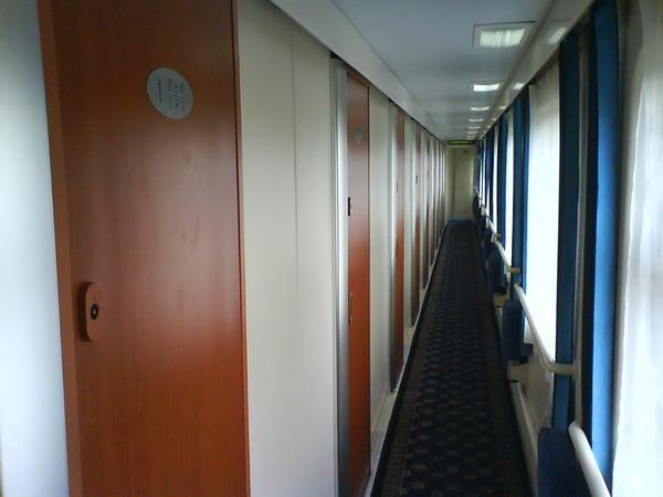 """Sima """"K"""" vonat puha fekhelyes folyosója négyszemélyes kabinokkal"""