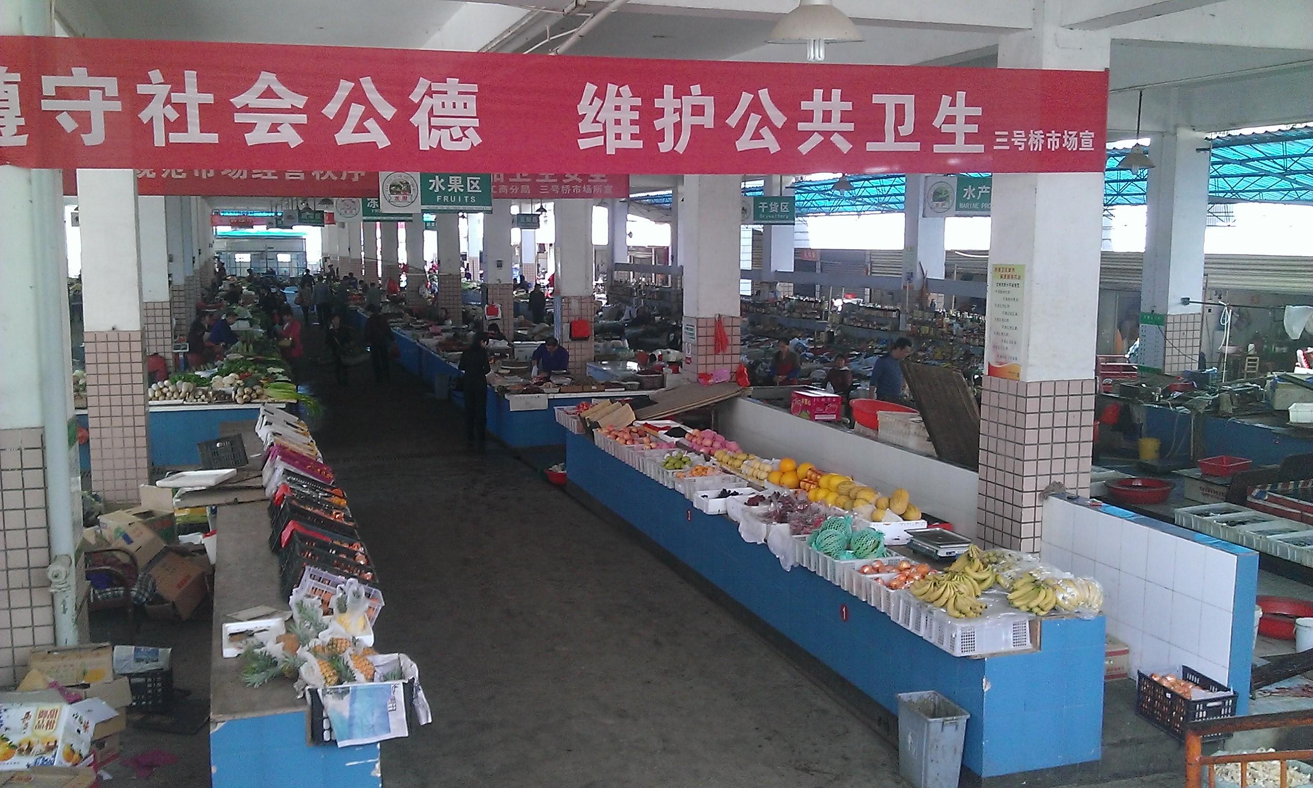 A piac belülről. Élőállat, gyümölcs, szalonna, hús, ami csak kellhet. A boltinál szebb zöldségekkel, gyümölcsökkel, kilós méretű lilahagymákkal.