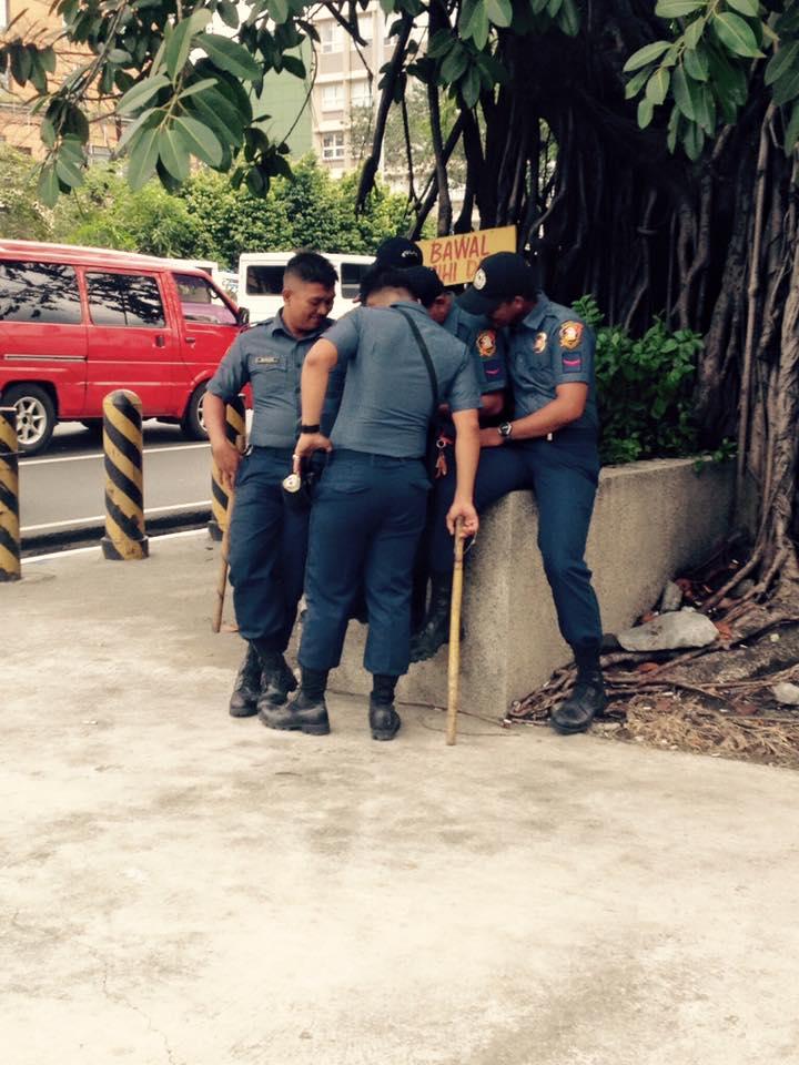 Egymást szórakoztató rendőrök helyi uniformisban