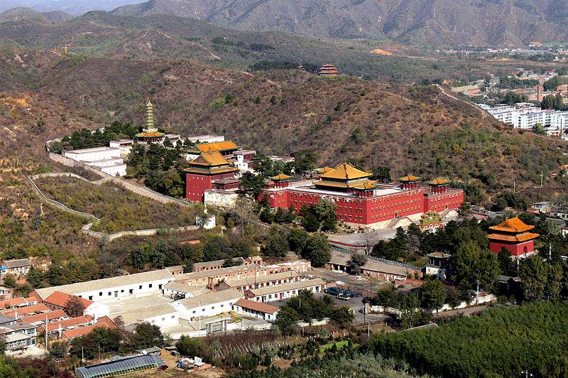 A tibeti és kínai építészet keveredése jól megfigyelhető