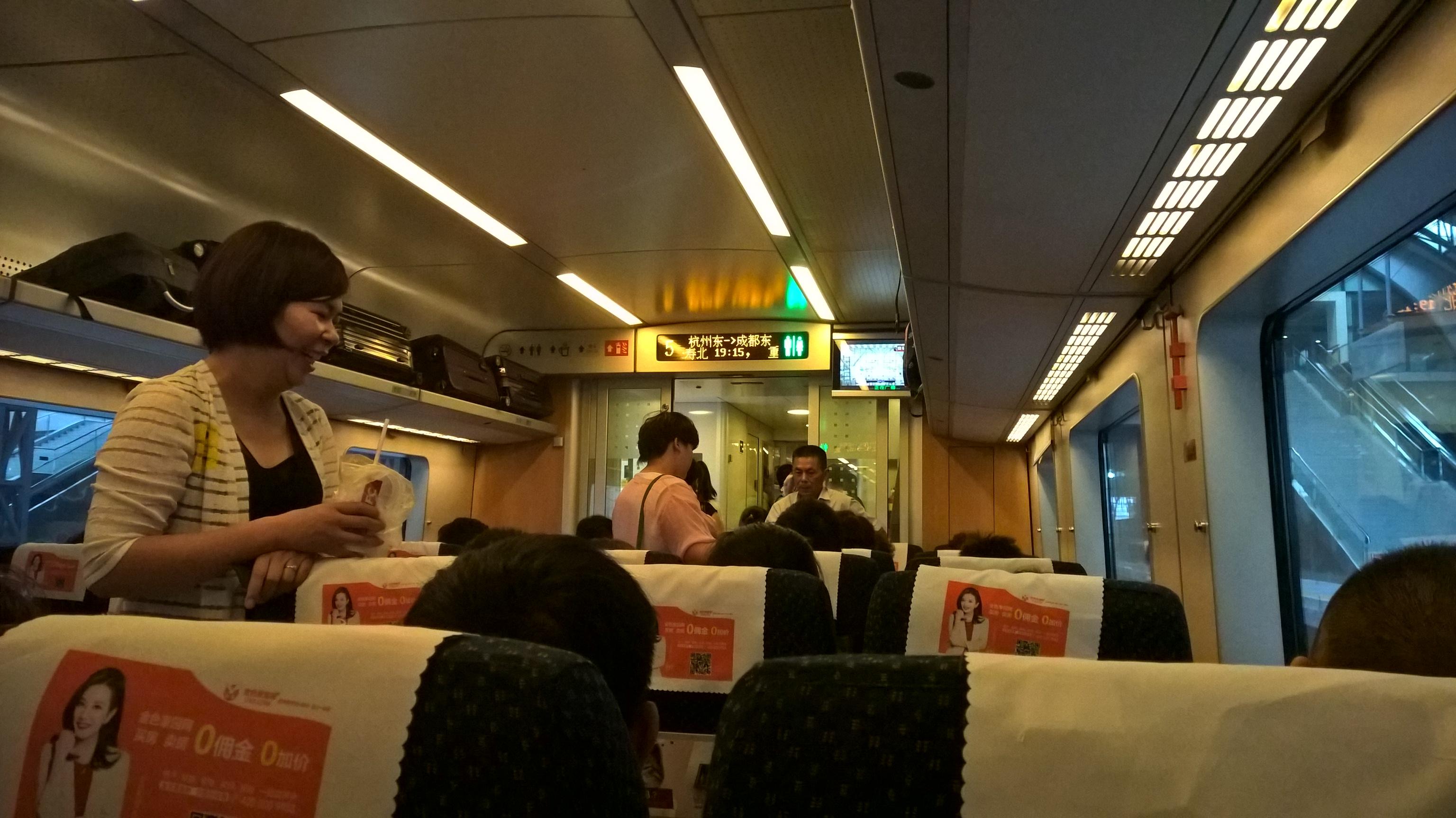 A Wuhan és Chongqing között használt, amúgy Chengduba közlekedő 'D' vonat belseje.