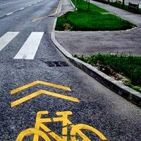 Új biciklisgettó, és fonódó sávocska – alkottak a városban