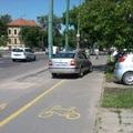 Sokan autóznak a kerékpárúton a Kossuthon