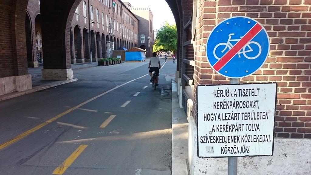 A Dóm teret már legalább egy héttel a lezárása előtt kitáblázzák, és arra kérik a 'tisztelt' (haha) kerékpárosokat, hogy ne kerékpározzanak tovább. Ez évente többször megtörténik, dacára, hogy Magyarország legforgalmasabb kerékpáros útvonaláról van szó.
