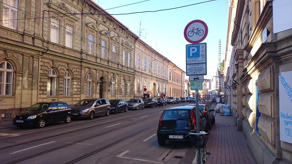 A párhuzamos Zrínyi utcán pedig tiltják a biciklizést, mert CSAK. Egy ilyen utcában Magyarországon és kb. az egész világon szabadna biciklizni. Amúgy a délutáni csúcsban t.m. 3 perc csak itt eljutni egyik megállóból a másikba a villamosnak, akkora a dugó. Ezzel viszont semmi problémájuk nincs.