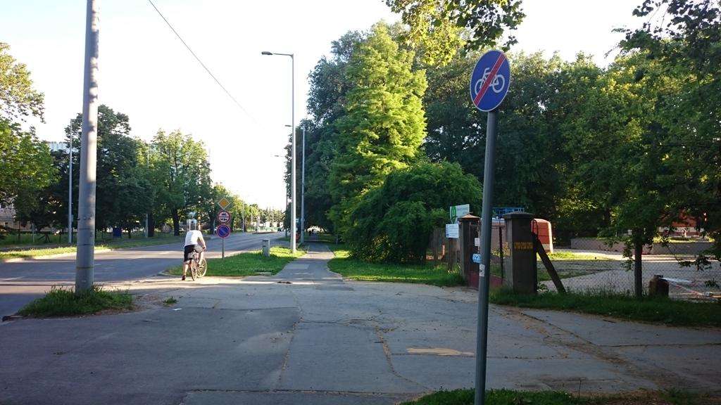 A cinizmus magasfokaként Temesvári krt. a kerékpárút pár méterre megszakad.
