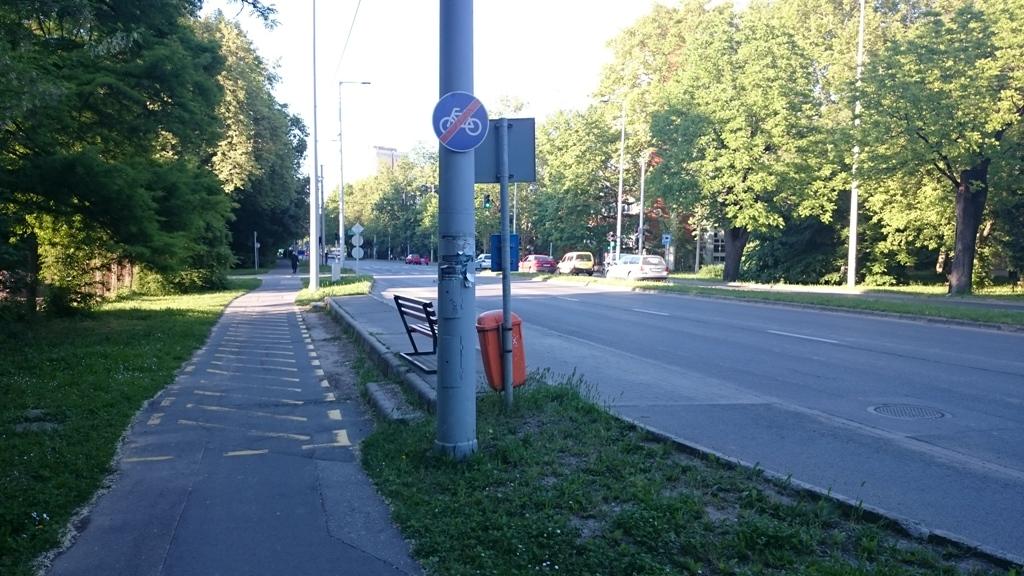 Persze nyilván nem mennek át a biciklizők az úttest túloldalára néhány méterért, ezért tekernek tovább a járdán. Ha meg panaszkodik valaki, a városüzemeltetés moshatja kezeit, ő intézkedett és megoldotta. Ahhan.