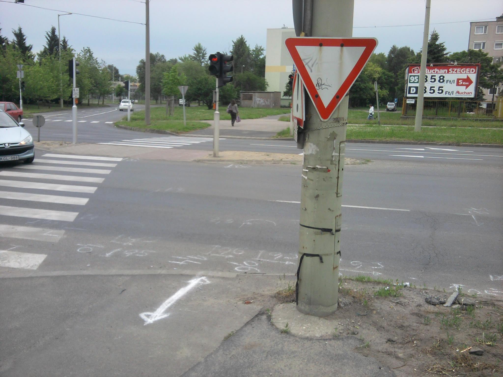 Makkosházi krt. - Agyagos u. sarok. Mikor egy elsőbbséggel, zöld lámpánál áttekerő kissrácot elcsapott az útfenntartó teherautója, az útfenntartó lenyilatkozta, hogy itt nincs is kerékpáros átvezetés, sugalmazva, hogy a biciklis hibázott. Aztán később rájöttek, hogy mégis van, mert újrafestették az általuk elhanyagolt sárga négyzeteket. Ilyen oltári hazugságon még talán nem kaptak útkezelőt Magyarországon. <br />http://www.delmagyar.hu/szeged_hirek/athajtott_egy_kukasauto_a_15_eves_biciklisen/2429778/