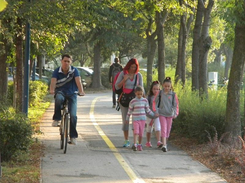 Rókusi krt. A bicikliseket a széles úttest helyett a járdára kijelölt gyalog- és kerékpárúton vezetik. A városüzemeltetés kitalálta, hogy legyen kettéválasztva, igaz, hogy így másfél méter sem jut a kétirányú kerékpárforgalomnak (se a gyalogosoknak), és ez semmilyen jogi- és műszaki előírásnak nem felel meg, de ez a bürokratákat nem zavarta.