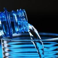 Döbbenet! Műanyagszemcsékkel szennyezettek a világ legnépszerűbb palackozott ásványvizei