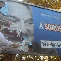 Soros-plakátok Szegeden: az Együtt letépte, a Momentum leragasztotta - VIDEÓ