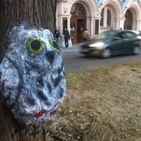 Tesót kapott a katica: fára festett bagoly a bölcsészkar előtt