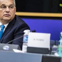 Amíg a néppártiak alkudozni szeretnének, Orbán újra emeli a tétet
