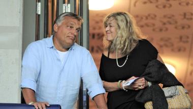Bárhová indul Orbán Viktor, hű csapata ott lohol a nyomában