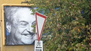 Orbán Viktor sem lenyelni, sem kiköpni nem tudja a Soros-tervet