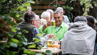 Orbán megint libazöld színű ingben rontott neki a hanyatló nyugatnak