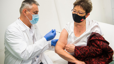 A vakcinaháború megnyerésében látja a jövő politikai sikereit az Orbán-kormány
