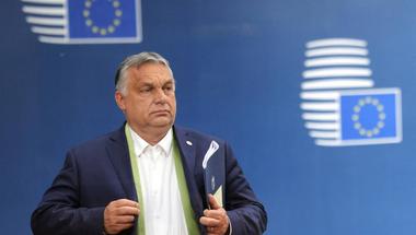 Egyszerre két oldalról szorongatnák meg Orbán Viktor rendszerét