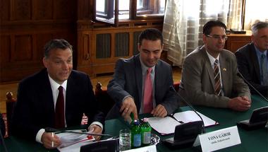 Öt jele annak, hogy a Fidesz jobbszélre, a Jobbik pedig középre tart