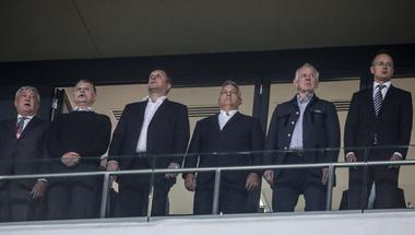 Egyre zűrösebb figurákkal pózol Orbán Viktor