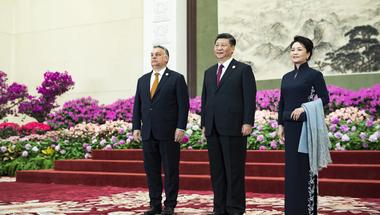 Lakájtempóban dörgölőzik a kínai vezetéshez az Orbán-kormány