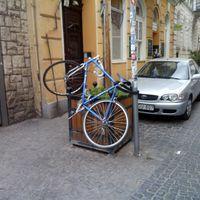 Látott már biciklit a levegőben parkolni? Mert én igen!