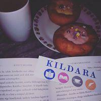 Könyv, fánk és forró csoki. Egy kis olvasás, na meg persze egy kis nasi még belefér a mai @kildara.hu találkozó előtt.