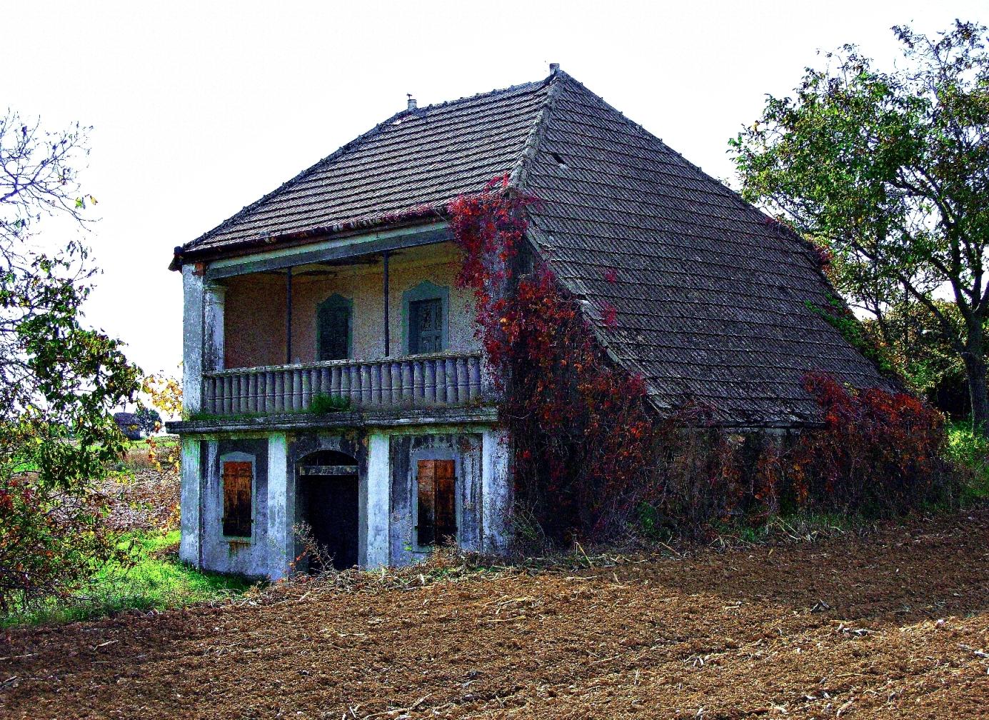 Andor Tóth - Elhagyott ház a szántóföldeken.jpg