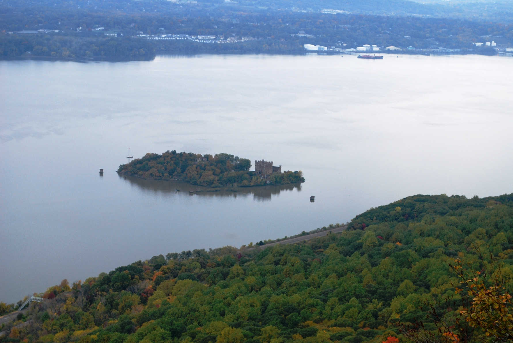 Bannerman_Castle_on_Pollepel_Island_viewed_from_atop_Breakneck_Ridge.JPG