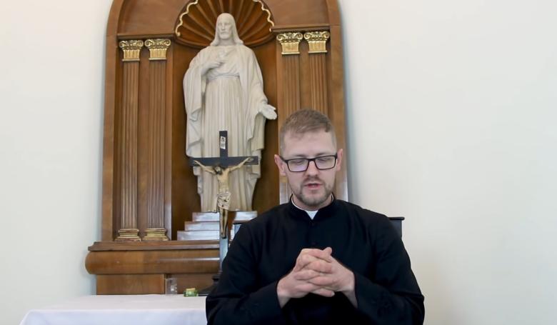 Hodász András atya magyarázza a bizonyítványát