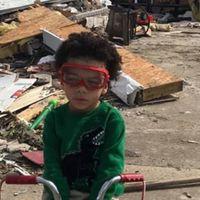 Triciklijén indult segíteni egy 3 éves kisfiú a tornádó áldozatainak