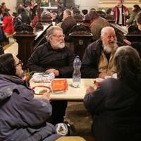 Kisebb lakodalom minden hónapban: hajléktalanokra főzött három évig