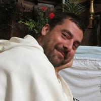 Mostantól az angyalokat kacagtatja a vidám szerzetes
