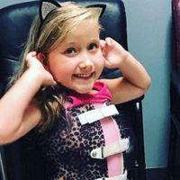 Egy 10 éves kislány kirándulni ment, nyitott gerinccel