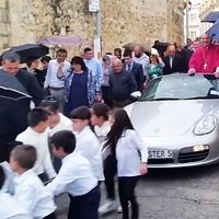 Ezért húzták gyerekek luxusautón a máltai plébánost