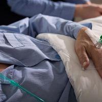 Büntetést kaptak az ápolók, mert nem ölték meg a gondozottat