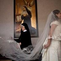 Áldást Istentől, menyasszonyi ruhát kolostorból