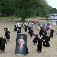 Táncos apácák köszöntik a zarándokokat