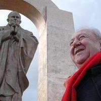 Ilyen erős a franciák hite: megvédték a pápa szobrát