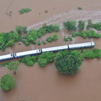 9 várandós nőt is kimentettek az árvíz fogságába esett vonatból Indiában