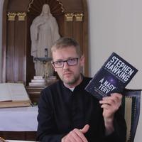 Miért ajánl egy pap ateista olvasmányokat?